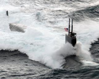 4_The_Los_Angeles-class_fast_attack_submarine_USS_Asheville_(SSN_758)_underway_conducting_high-speed_surface_drills_off_the_coast_of_Southern_California.jpg